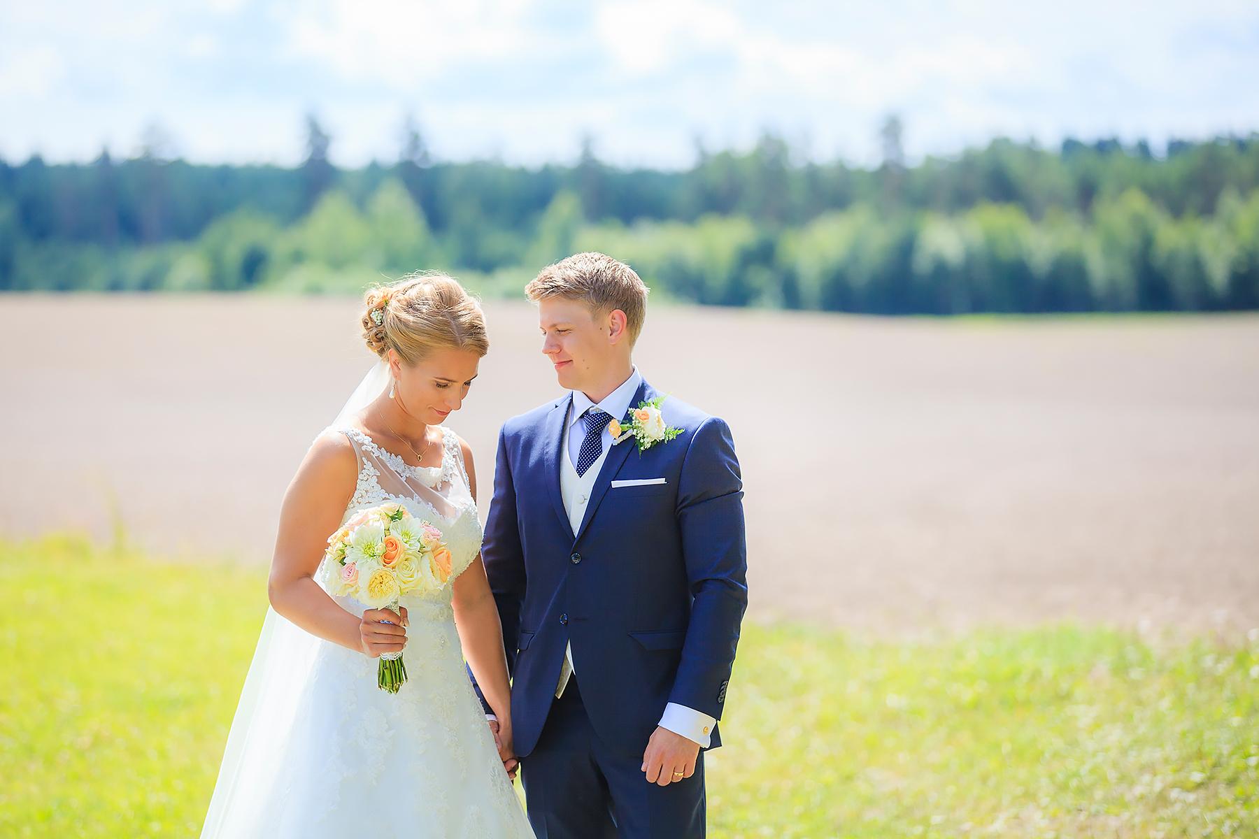 Linnea och Olle gifte sig den 9 juli 2016 i Frykeruds Kyrka. Festen var i Forshaga Hembygdsgård. Bröllopsfotograf: Sofia Röjder, Lyckliga Stunder.