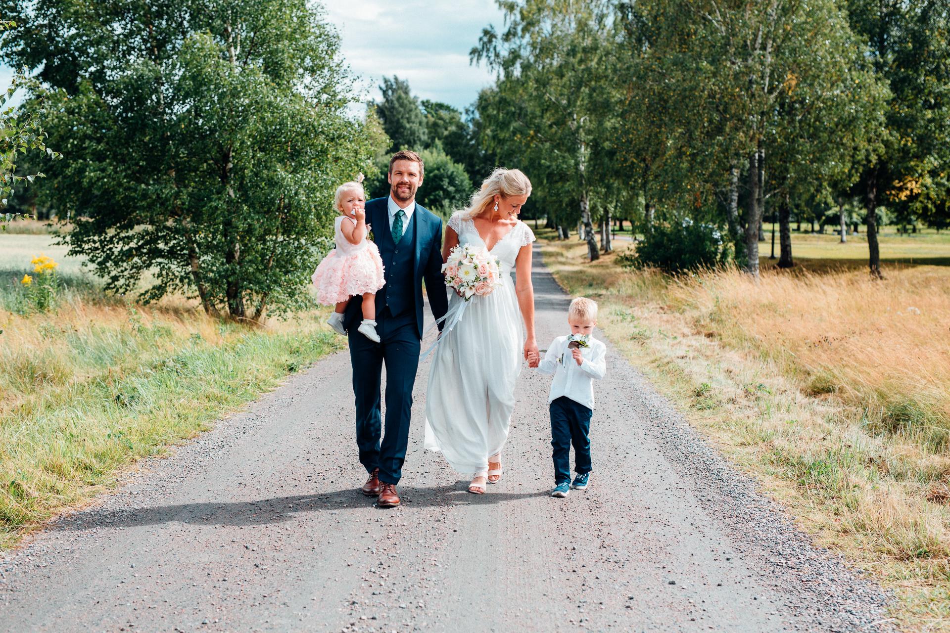 Hela familjen. Josefin och Jimmy gifte sig den 5 augusti 2017 i Norrstrands kyrka. Fotograferades av bröllopsfotografen Sofia Röjder / Lyckliga Stunder