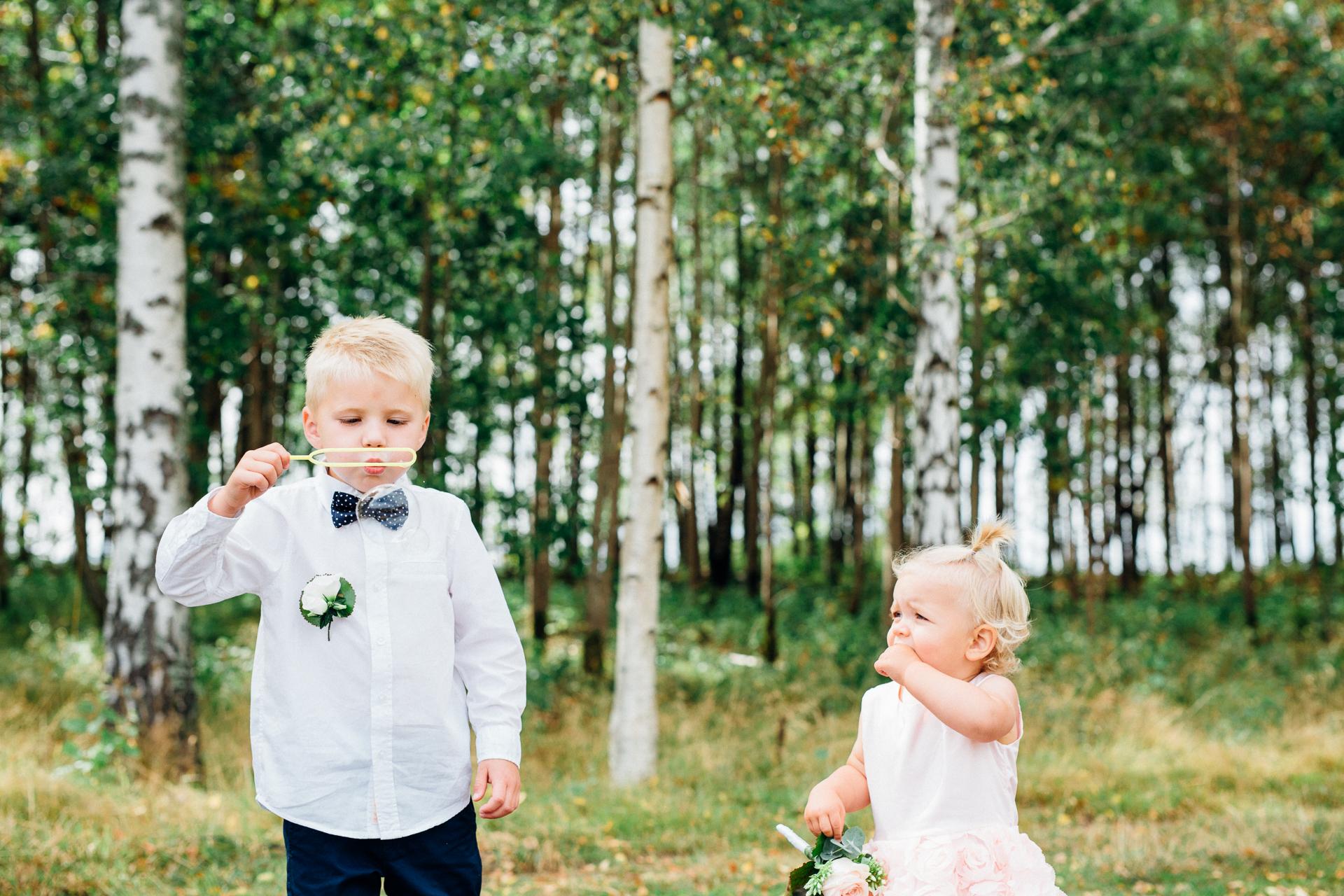 Barnen leker med såpbubblor. Josefin och Jimmy gifte sig den 5 augusti 2017 i Norrstrands kyrka. Fotograferades av bröllopsfotografen Sofia Röjder / Lyckliga Stunder